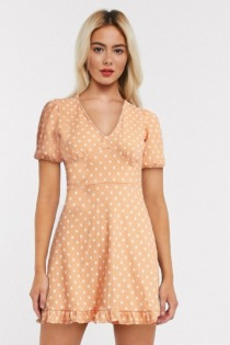 Miss Selfridge – Gepunktetes Minikleid in Blass-Pfirsich-Orange