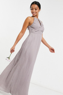 TFNC Petite – Bridesmaid – Plissiertes Maxikleid in Grau mit Wickeldetail