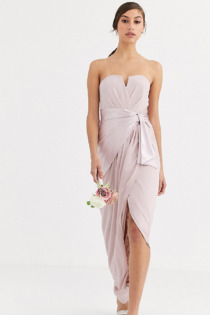 TFNC Tall – Bridesmaid – Trägerloses Maxi-Wickelkleid mit Satindetail vorn in Braungrau